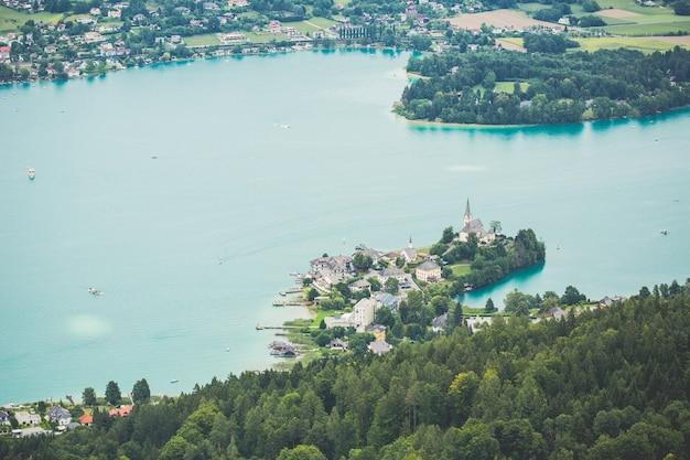 Village sur vue sur le lac bleu