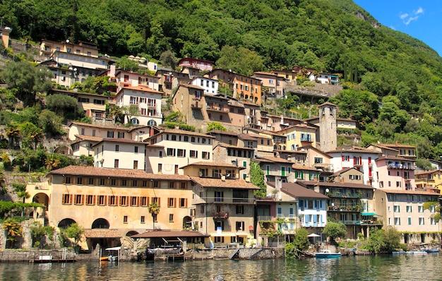 Village avec vue sur le lac de lugano suisse