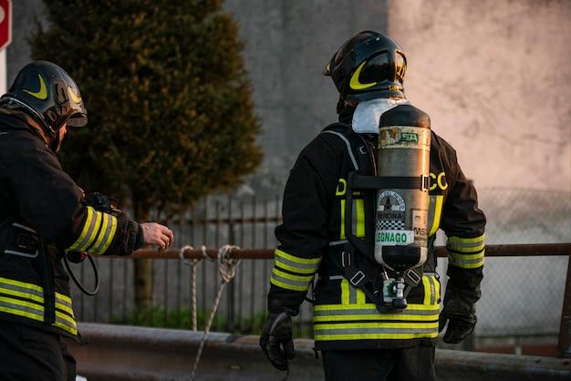 Villanova del ghebbo, italie 23 mars 2021 : pompier avec bouteille d'oxygène