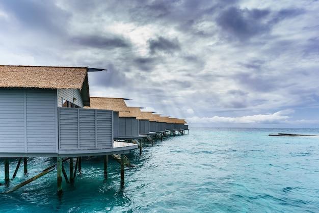 Villas de luxe sur l'eau sur l'île tropicale des maldives
