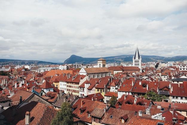 Ville d'annecy, vue de dessus. toits de tuiles. photo de haute qualité