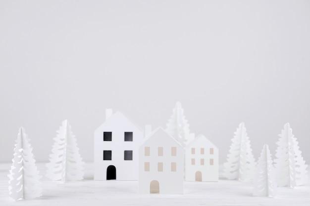 Ville artisanale avec des pins