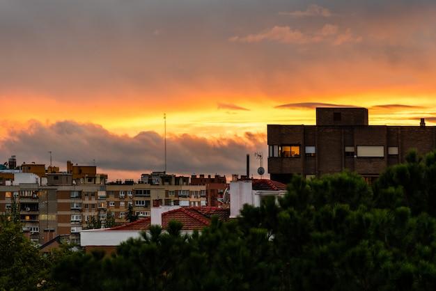 Ville au coucher du soleil