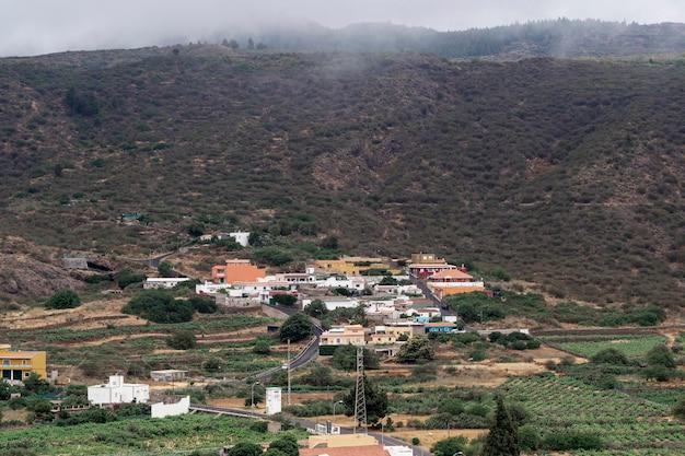 Ville au pied de la montagne
