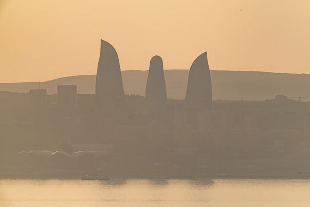 La ville de bakou dans la brume
