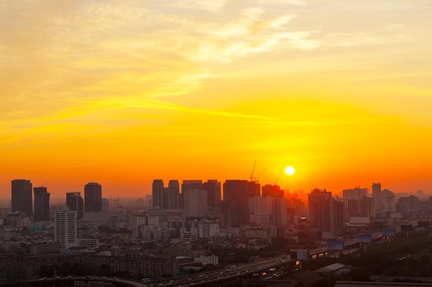 Ville de bangkok au coucher du soleil avec le ciel de l'heure d'or.