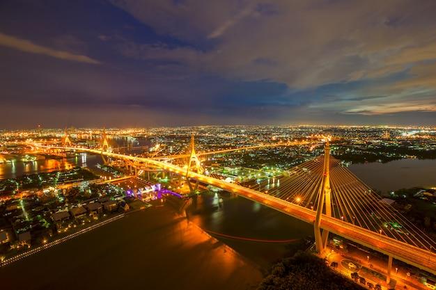 Ville de bangkok - magnifique coucher de soleil sur le pont de bhumibol, thaïlande