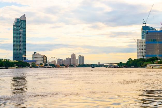Ville de bangkok avec la rivière chao praya en thaïlande