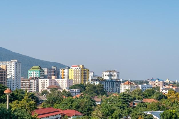 Ville avec bâtiments et arbres