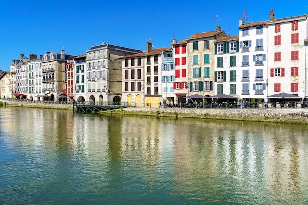Ville de bayonne en france avec maisons typiques et réflexion sur la rivière adur. l'europe .