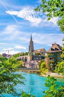 La ville de berne et la cathédrale de berne-munster en suisse
