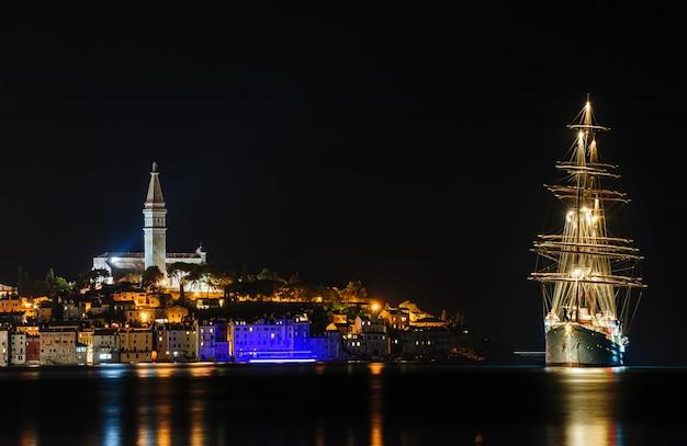 Ville de bord de mer de rovinj la nuit, croatie