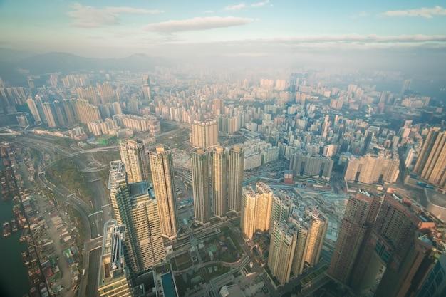 Ville de chine avec des gratte-ciel et des entreprises modernes.