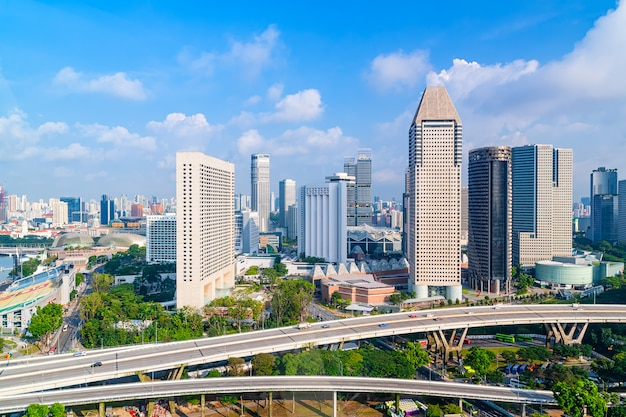 Ville et circulation avec des gratte-ciels et un ciel bleu pendant la journée.