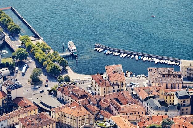 Ville de côme, petit port et bâtiments anciens