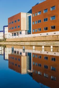 Ville construction avec reflet