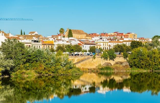 La ville de cordoue au-dessus de la rivière guadalquivir en andalousie, espagne