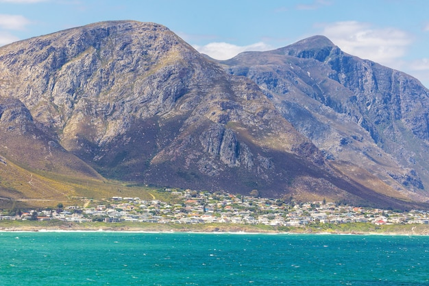 Ville côtière d'hermanus et de belles montagnes, afrique du sud