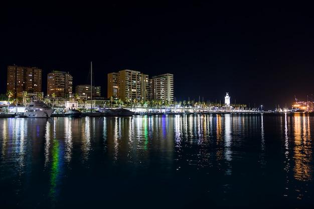 Ville côtière de nuit