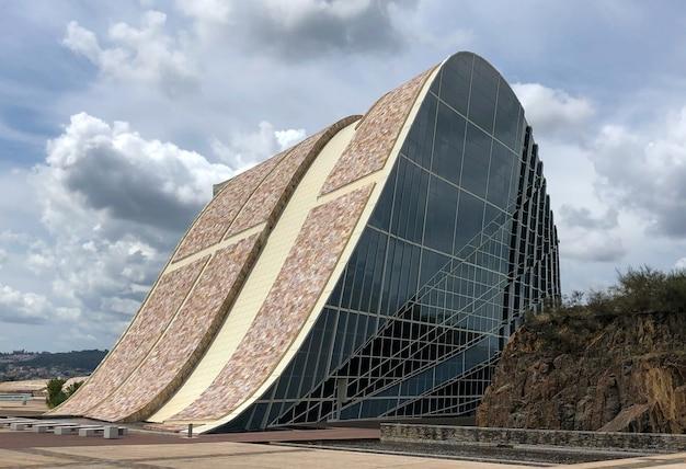 La ville de la culture de galice est un complexe architectural situé à saint-jacques-de-compostelle