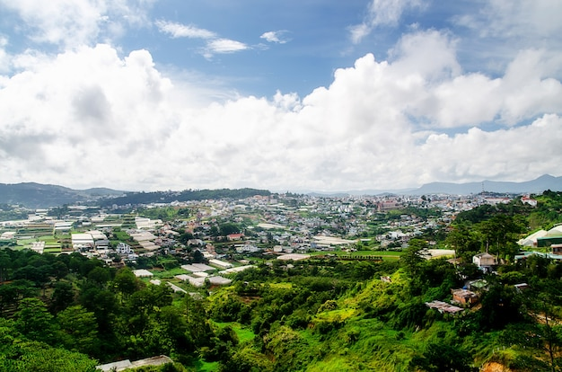 Ville de dalat, vietnam, vue de nombreuses maisons de colline, l'architecture de dalat