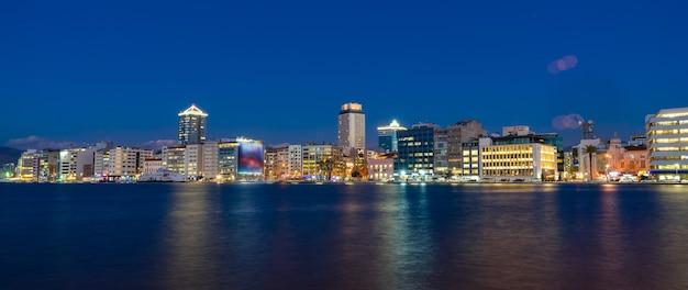 Ville du centre-ville la nuit. izmir, turquie