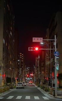 Ville du japon la nuit avec des voitures sur la rue