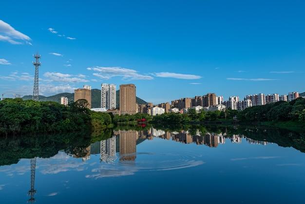 Une ville entourée de lacs et de forêts, sous le ciel bleu