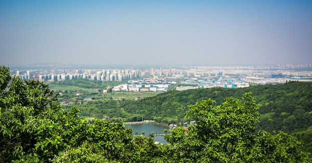 La ville est proche de la montagne