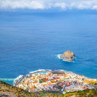 Ville de garachico au bord de la mer sur l'île de ténérife, au-dessus des îles canaries, espagne. paysage