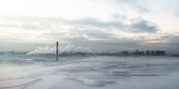 Ville grise du matin dans le brouillard de smog et la fumée.