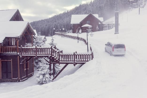 Ville d'hiver dans les montagnes