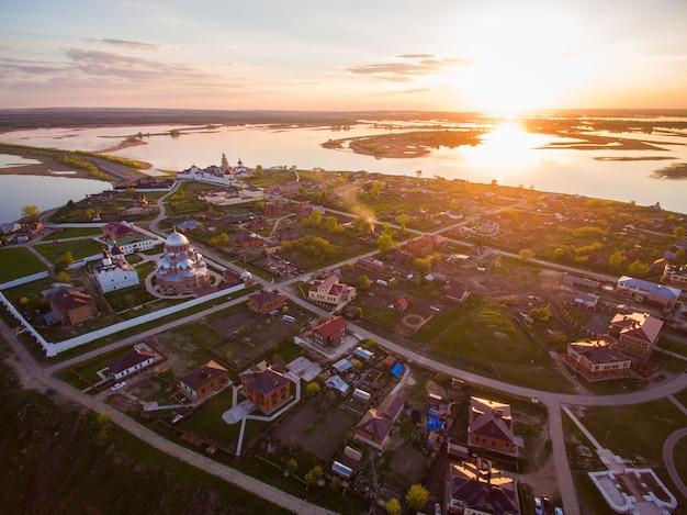 La ville insulaire de sviyazhsk. cathédrale notre-dame de joie de tous ceux qui chagrin