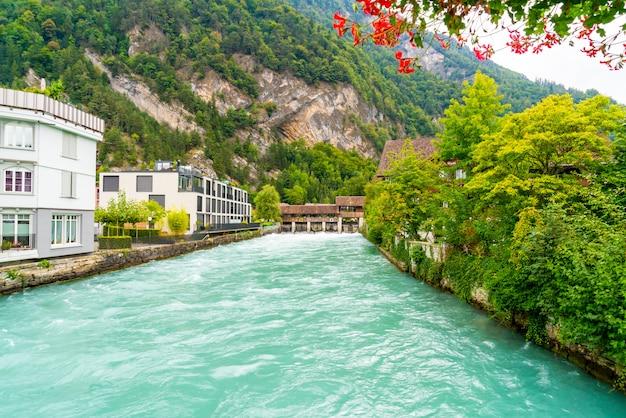Ville d'interlaken avec la rivière thunersee, suisse