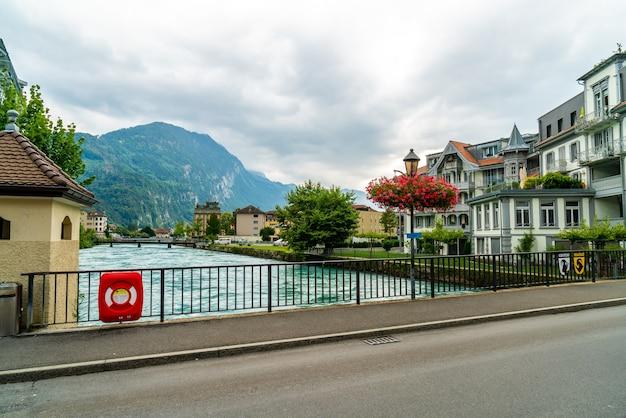 Ville d'interlaken avec rivière thunersee
