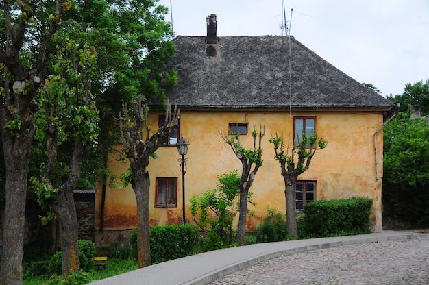 Ville kandava, lettonie. rue une vue urbaine, chemin et maisons, centre de la vieille ville de lettonie.