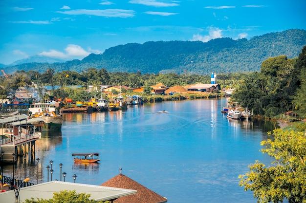 Ville de lawas au sarawak avec rivière et beau ciel bleu