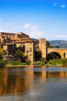 Ville médiévale sur les rives de la rivière
