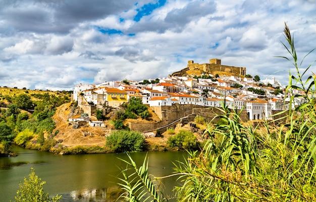 Ville de mertola au-dessus du fleuve guadiana en alentejo, portugal