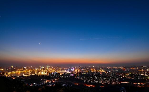 Ville moderne dans la nuit