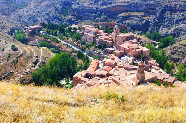 Ville de montagnes espagnoles en journée ensoleillée. albarracin
