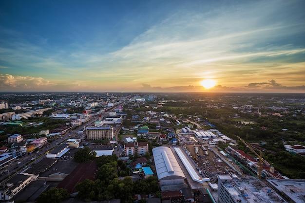 Ville de nakhon ratchasima au coucher du soleil, thaïlande