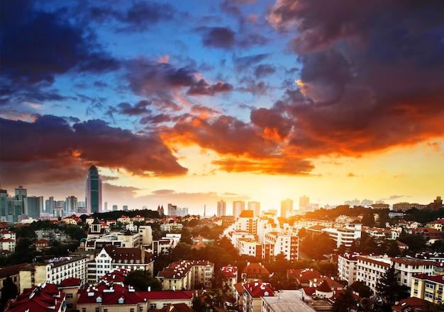 Ville avec des nuages au coucher du soleil