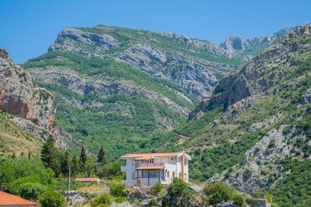 La ville pittoresque est située haut dans les montagnes