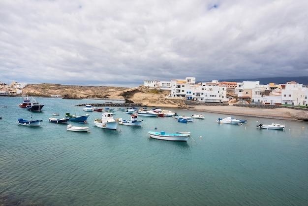 Ville et port du village de tajao au sud de tenerife, îles canaries, espagne.