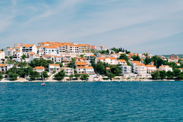 La ville de rogoznica en croatie villas hôtels et maisons sur la côte adriatique de l'eau bleu azur et