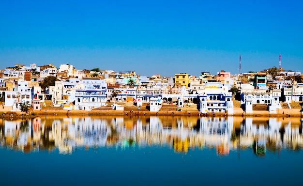 La ville sainte de brahman et le lac au petit matin, pushkar, rajasthan, inde.