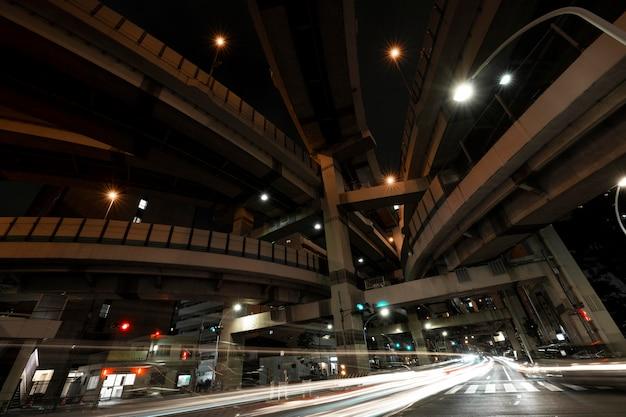 La ville scintille de lumière dans les rues la nuit