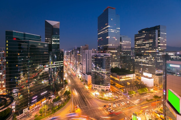 Ville de séoul skyling et gratte-ciel et trafic à l'intersection niaht à gangnam, corée du sud.