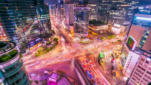 Ville de séoul et trafic à l'intersection niaht à gangnam, corée du sud.